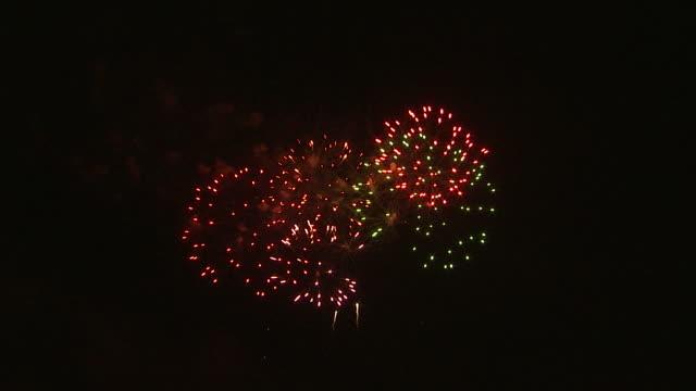 vidéos et rushes de ws fireworks exploding in night sky / provo, utah, usa - provo