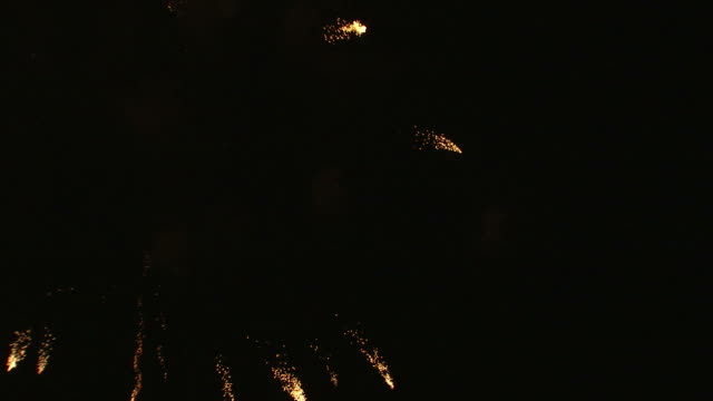 vidéos et rushes de ws fireworks exploding in night sky / provo, utah, usa - provo