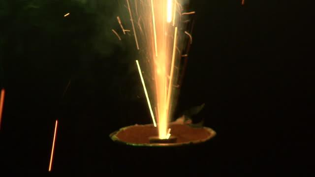 vidéos et rushes de cu of fireworks exploding - feu d'artifice