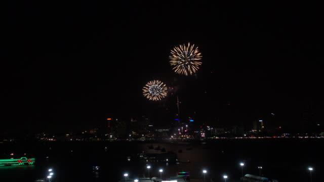 vidéos et rushes de feux d'artifice exploré sur le paysage urbain de nuit. contexte de fête et de célébration - countdown