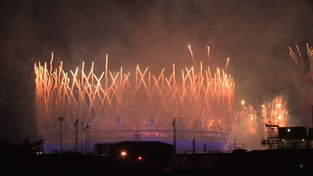 fireworks light up the olympic stadium to bring the opening ceremony to a close london 2012 opening ceremony at olympic stadium on july 27 2012 in... - 2012年ロンドン夏季オリンピック点の映像素材/bロール