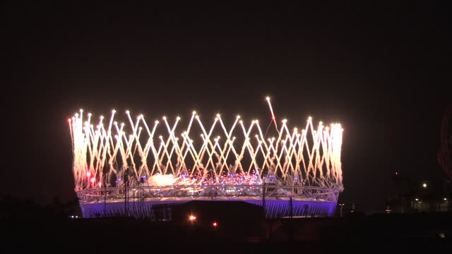 fireworks light up the olympic stadium to mark the lighting of the olympic flame london 2012 opening ceremony at olympic stadium on july 27 2012 in... - 2012年ロンドン夏季オリンピック点の映像素材/bロール