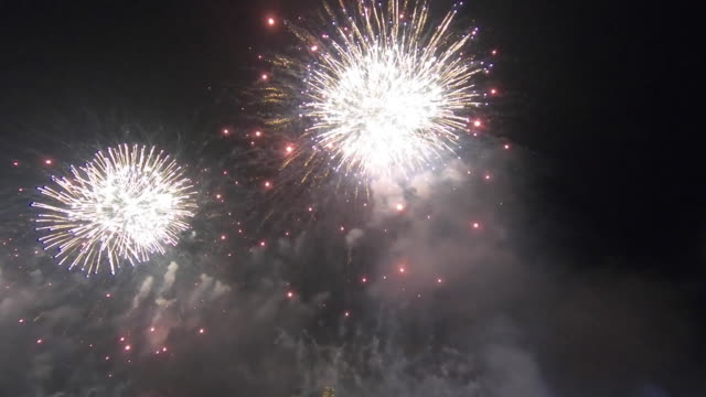 fireworks over new york city skyline - knallkörper stock-videos und b-roll-filmmaterial