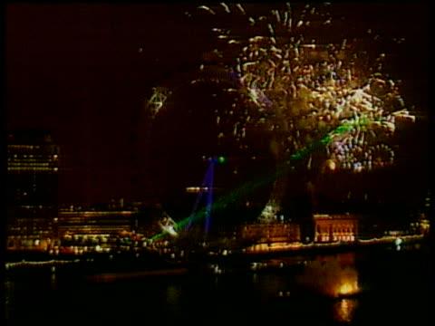 vídeos de stock e filmes b-roll de fireworks over thames and london eye on millennium eve; 31 dec 99 - ano 2000