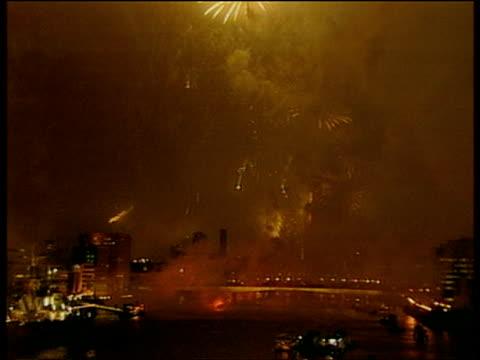 vídeos y material grabado en eventos de stock de fireworks over thames and london landmarks on millennium eve 31 dec 99 - el milenio