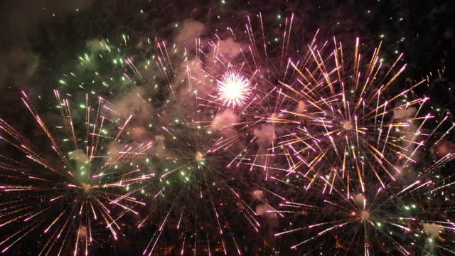 vídeos y material grabado en eventos de stock de fuegos artificiales grabados desde el aire - majestuoso