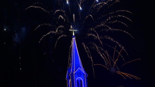グラマドの母教会の後ろで花火ショー, リオグランデドスル - 大晦日 - リオグランデドスル州点の映像素材/bロール