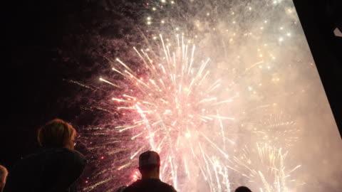 vídeos y material grabado en eventos de stock de fireworks_people viewing - fuegos artificiales