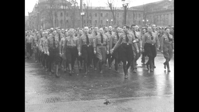 vídeos de stock e filmes b-roll de first anniversary of nazi attempted coup / at the konigsplatz, german brown shirts stand in nazi salute / men with medals / adolf hitler walks past... - nazismo