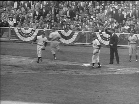 vídeos de stock e filmes b-roll de b/w 1955 first baseman dropping ball as runner passes him / runner is safe / world series - camisola de basebol
