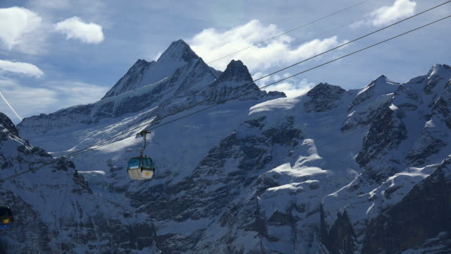 stockvideo's en b-roll-footage met first cable car and schreckhorn, grindelwald, bernese oberland, canton of bern, switzerland - kabelwagen
