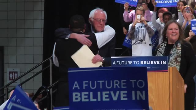 vídeos de stock, filmes e b-roll de first clip is video of bernie sanders walking to the podium to give his rally speech. in clip 2, sanders speaks on education debt and student loans. - bernie sanders