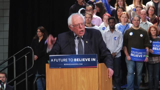vídeos de stock e filmes b-roll de first clip is video of bernie sanders walking to the podium to give his rally speech. in clip 2, sanders speaks on education debt and student loans. - saint paul minnesota