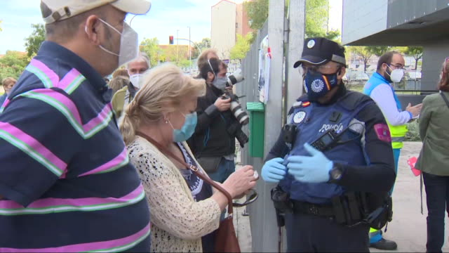 stockvideo's en b-roll-footage met first covid-19 rapid antigen testing masive among residents of the areas with the highest incidence in madrid such as puente de vallecas, with a... - puente