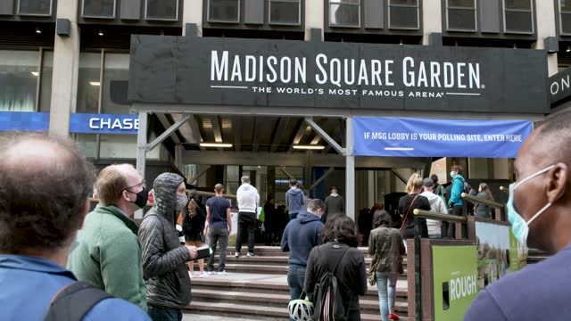 vídeos de stock e filmes b-roll de first day of early voting for the us presidential elections in new york city on october 24, 2020. long lines during the morning hours at madison... - madison square garden