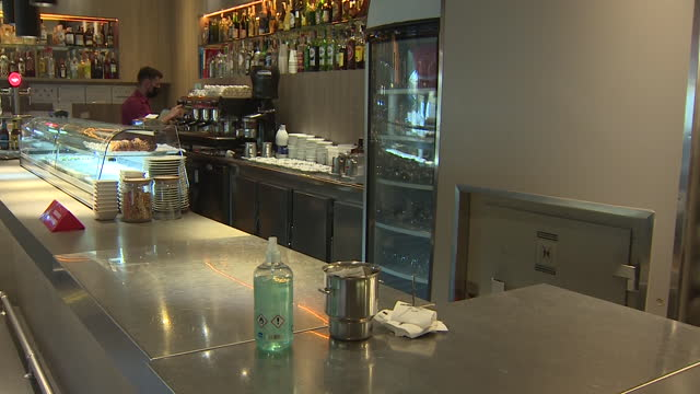 vidéos et rushes de first day of opening after bars and restaurants had been closed due to covid-19 restrictions for weeks. bars and restaurants in catalonia are allowed... - ouverture du diaphragme