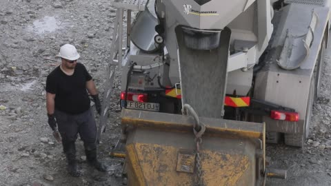 stockvideo's en b-roll-footage met first day of work on a construction site during the lockdown with new hygiene measures linked to the fight against the coronavirus on april 16, 2020... - rubriekadvertentie
