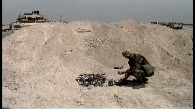 first gulf war soldier destroys enemy ammunition - operation desert storm bildbanksvideor och videomaterial från bakom kulisserna