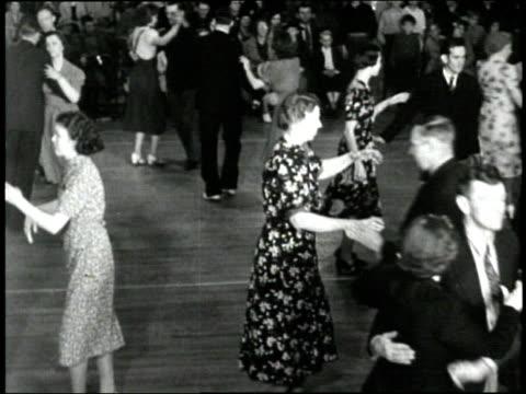 vídeos de stock e filmes b-roll de first lady eleanor roosevelt attends a square dance in the 1930s. - dança quadrada