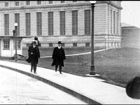 first lady florence harding standing w/ husband president warren g. harding & vice-president john calvin coolidge, jr. & other men. president warren... - 1921年点の映像素材/bロール