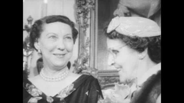 vídeos de stock e filmes b-roll de first lady mamie eisenhower welcomes the mother of the year committee to the white house / first lady talks with jane maxwell pritchard 1956's winner - primeira dama
