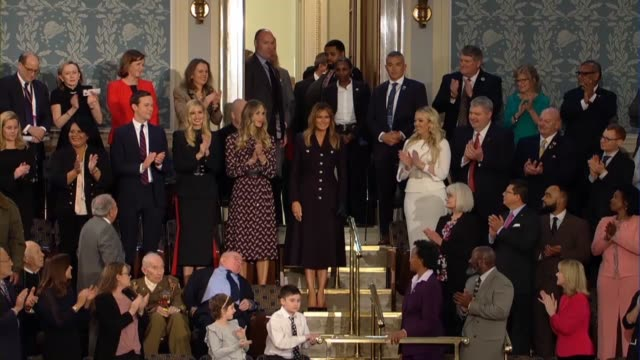 vídeos de stock, filmes e b-roll de first lady melania trump enters a gallery of the house of representatives chamber to applause prior to the 2019 state of the union address shaking... - atlântico central eua
