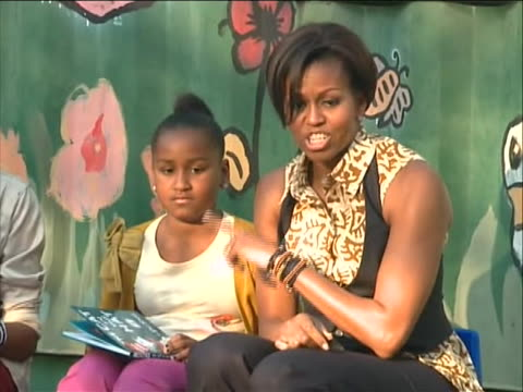of first lady michelle obama and her daughters malia and sasha telling a group of south african children in johannesburg about one of their favorite... - ハウテング州点の映像素材/bロール