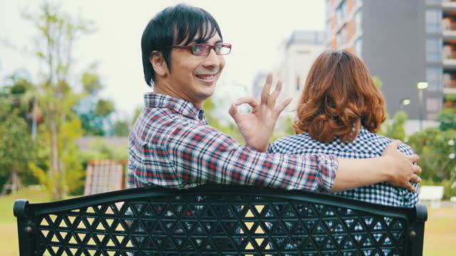 4 K : Primo amore di coppia seduta in un parco