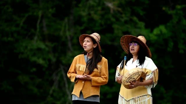 vídeos de stock, filmes e b-roll de primeiras mulheres das nações na roupa tradicional - tribo norte americana
