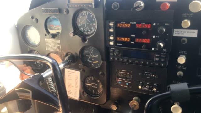 blickwinkel aus dem cockpit von kleinflugzeugen - klein stock-videos und b-roll-filmmaterial
