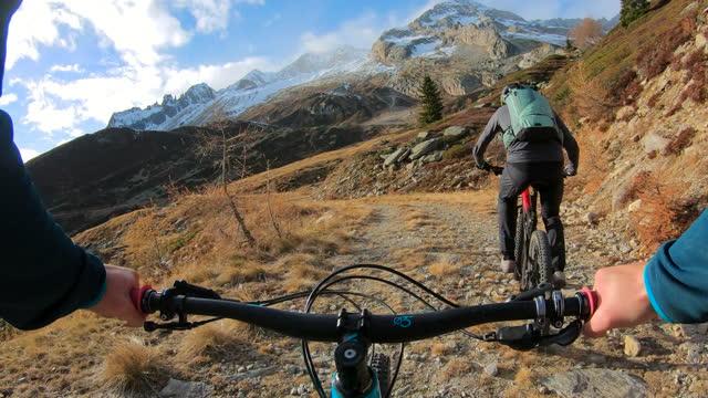 vídeos de stock e filmes b-roll de first person perspective mountain biking in the swiss alps - guiador
