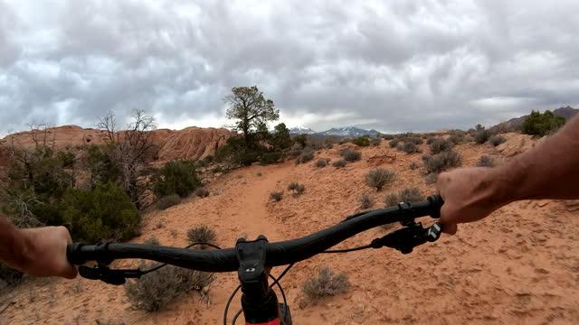 first person perspective of biking along desert pathway - サイクリングロード点の映像素材/bロール