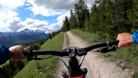 vidéos et rushes de first person perspective of biking along mountain trail - faire du vélo tout terrain