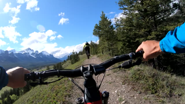 first person perspective of e-biking along high mountain ridge trail - richtung stock-videos und b-roll-filmmaterial