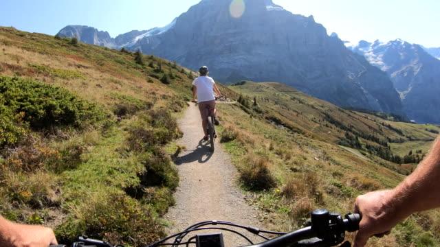 stockvideo's en b-roll-footage met het perspectief van de eerste persoon van e-biking langs bergpad - zwitserland
