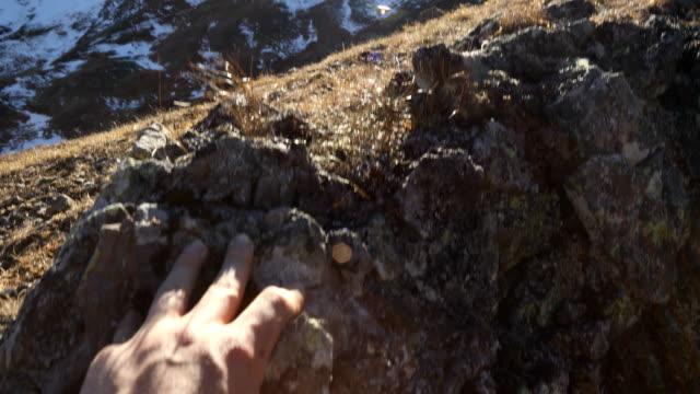 Ego-Perspektive von Hand oberhalb der Felskante hochziehen.