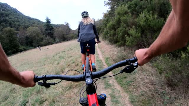 first-person-perspektive von mountainbikern auf der spur - in den fünfzigern stock-videos und b-roll-filmmaterial