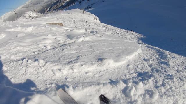 stockvideo's en b-roll-footage met eerste persoonsperspectief van skiër die door poedersneeuw afdaalt - sunny