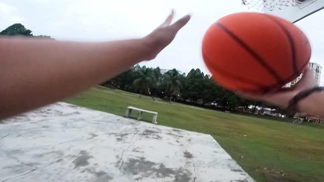 vidéos et rushes de première personne voir un adolescent chinois asiatique prenant un tournage à la cour de balle panier dans la matinée - caméra portable