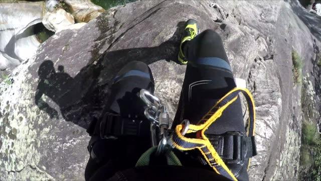 erste person sicht canyoning, sprung von klippe ins wasser - freizeit stock-videos und b-roll-filmmaterial