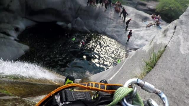 Erste Person Sicht Canyoning, Sprung von Klippe ins Wasser