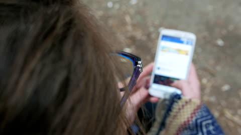vídeos y material grabado en eventos de stock de primera persona vista de chica se desplazan por su teléfono inteligente - staring