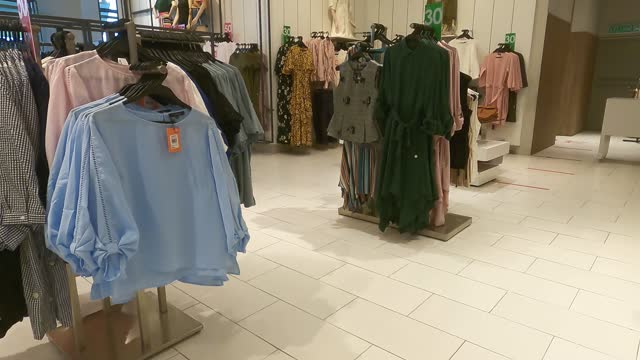 vidéos et rushes de vue à la première personne marchant dans l'affichage de détail de magasin de vêtements dans le centre commercial - boutique