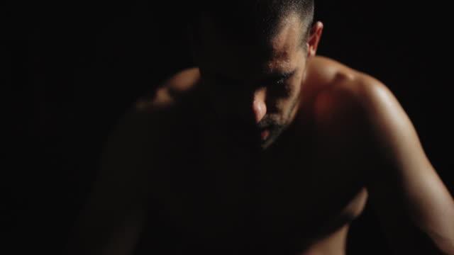 vídeos de stock e filmes b-roll de first rest and then flex - masculinidade moderna