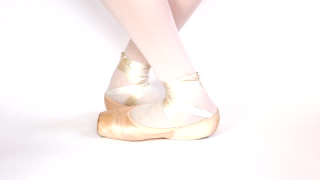 stockvideo's en b-roll-footage met first steps in pointe shoes. - menselijke teen