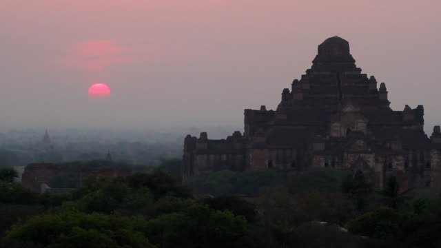 first sunrise at dhammayangyi temple - theravada stock videos & royalty-free footage