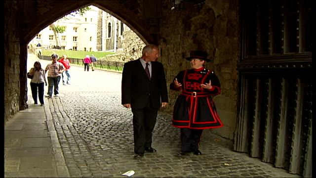 stockvideo's en b-roll-footage met first woman beefeater starts work at tower of london reporter and cameron along through grounds of tower of london ravens cameron along and lined up... - yeomen warder