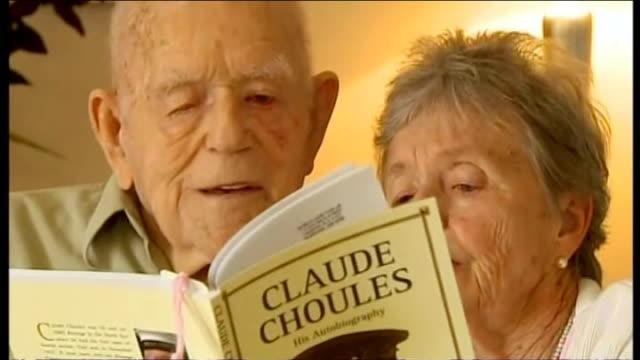 vídeos de stock, filmes e b-roll de perth int claude choules reading his autobiography - biografia