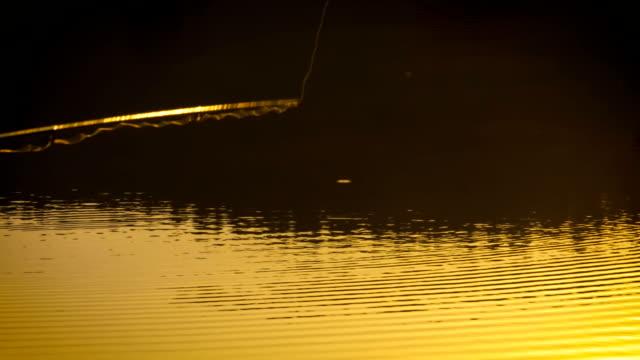 Fischer wirft Köder aus, Close up in Slow Motion