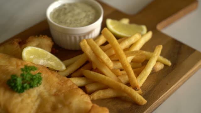 pescado y patatas fritas con papas fritas